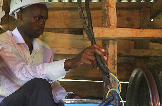 video kensky student postavil svojpomocne vodnu elektraren