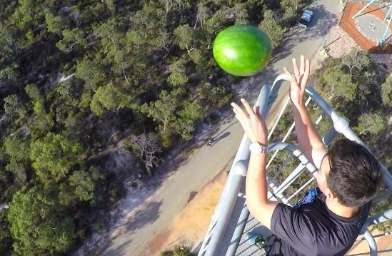 video tento nater robi bezne objekty vratane vodneho melonu neznicitelnymi