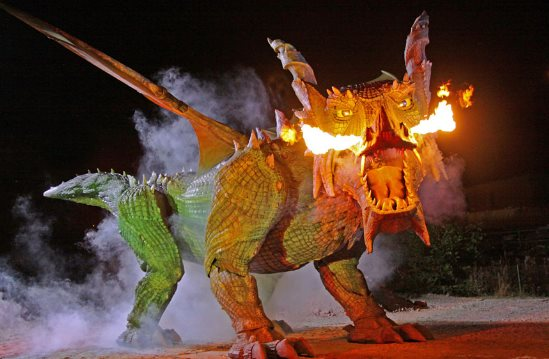 video najvacsi chodiaci robot na svete je tradinno drak chrliaci ohen