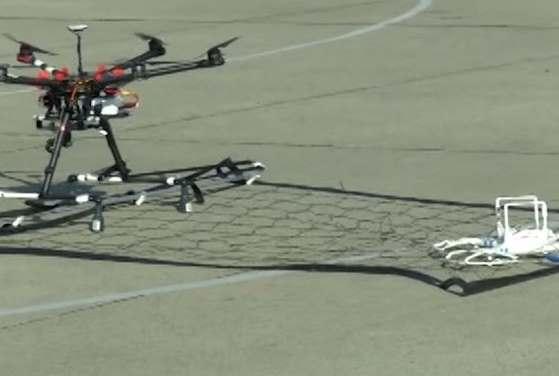 video policajti chytaju drony do siete inym dronom
